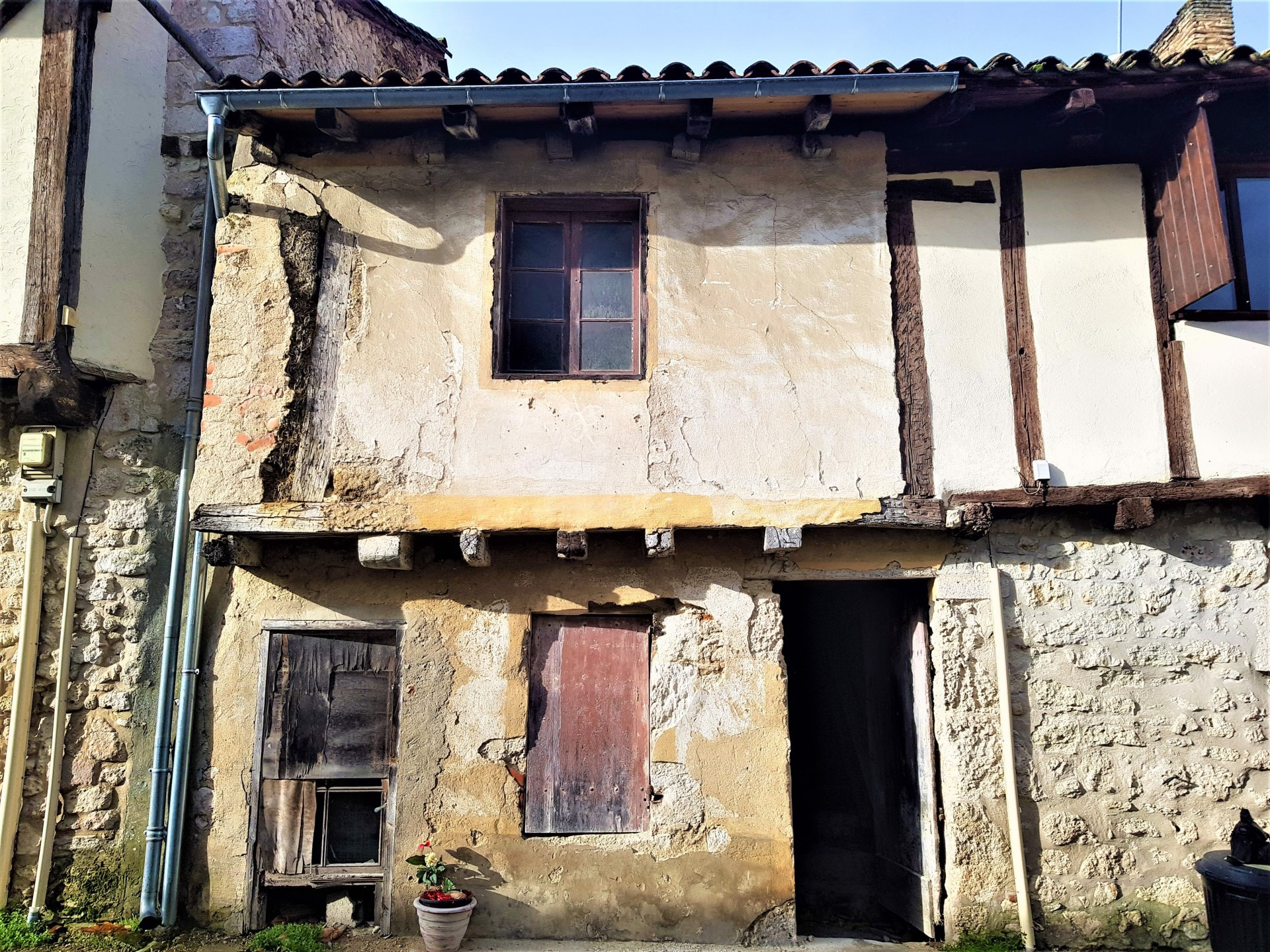 Three storey historic town house to renovate in the heart of Eymet!