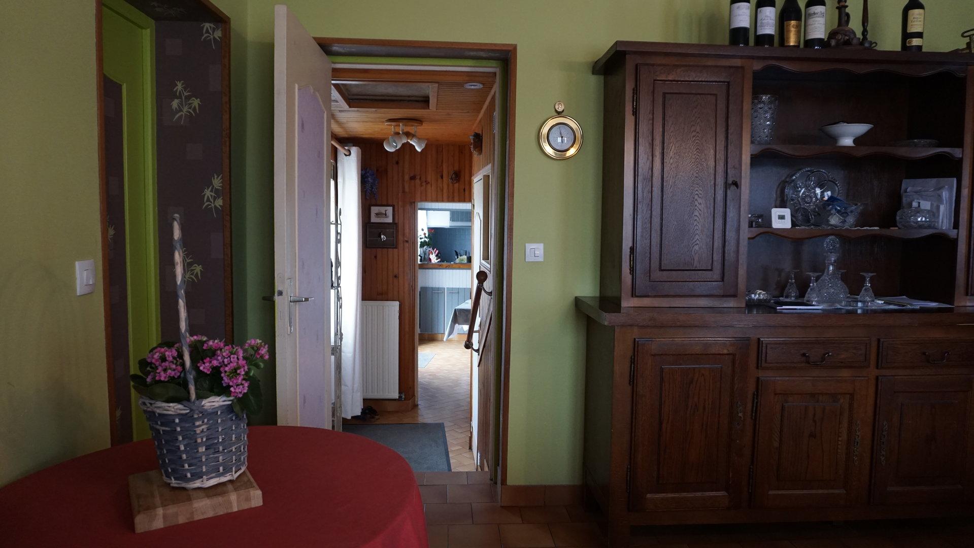 PAYS D'AUGE -CALVADOS une maison de ville avec un garage double et une courette.
