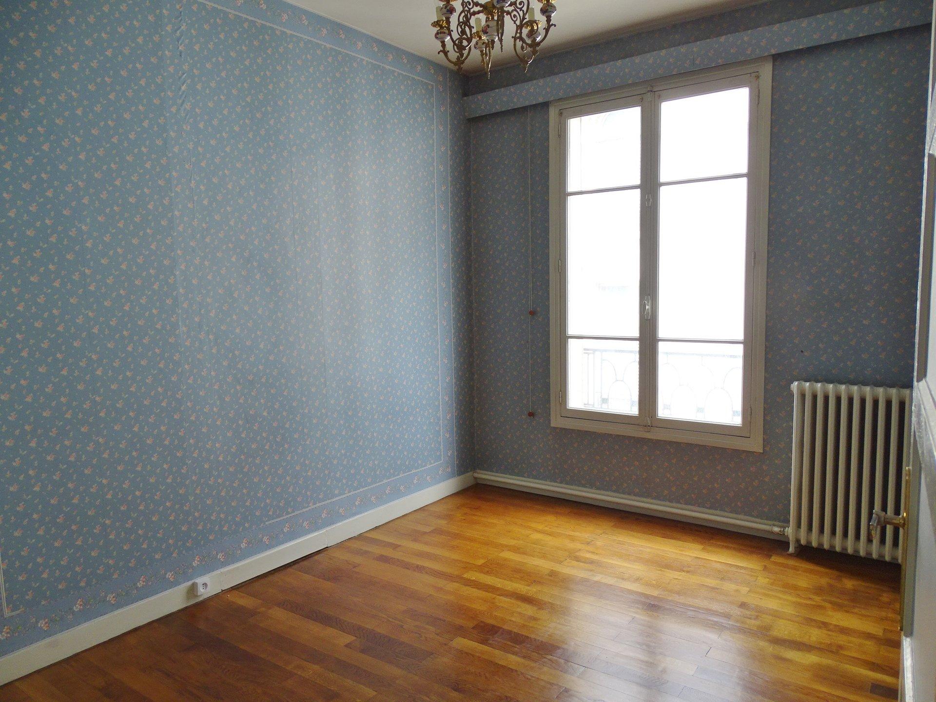 Dans un quartier agréable venez visiter cet appartement au réel potentiel. Il offre une salle à manger avec un beau parquet et un accès sur le balcon. Le salon est lui aussi bien exposé et jouit d'une agréable vue sur l'ancien télégraphe de Mâcon. Vous découvrirez ensuite une cuisine aménagée indépendante et un bureau permettant éventuellement d'agrandir le séjour. L'espace nuit offre 3 belles chambres de 12 à 15 m² ainsi que la salle de bains et un débarras (potentiellement une salle de douche). Double vitrage PVC, chauffage au gaz individuel. Vendu avec une cave et 2 greniers. Cet appartement attend d'être remis au goût du jour et peut être vendu avec un garage. Bien soumis au régime de la copropriété comprenant 7 lots. Charges mensuelles de 21,10 euros. Honoraires à la charge du vendeur.