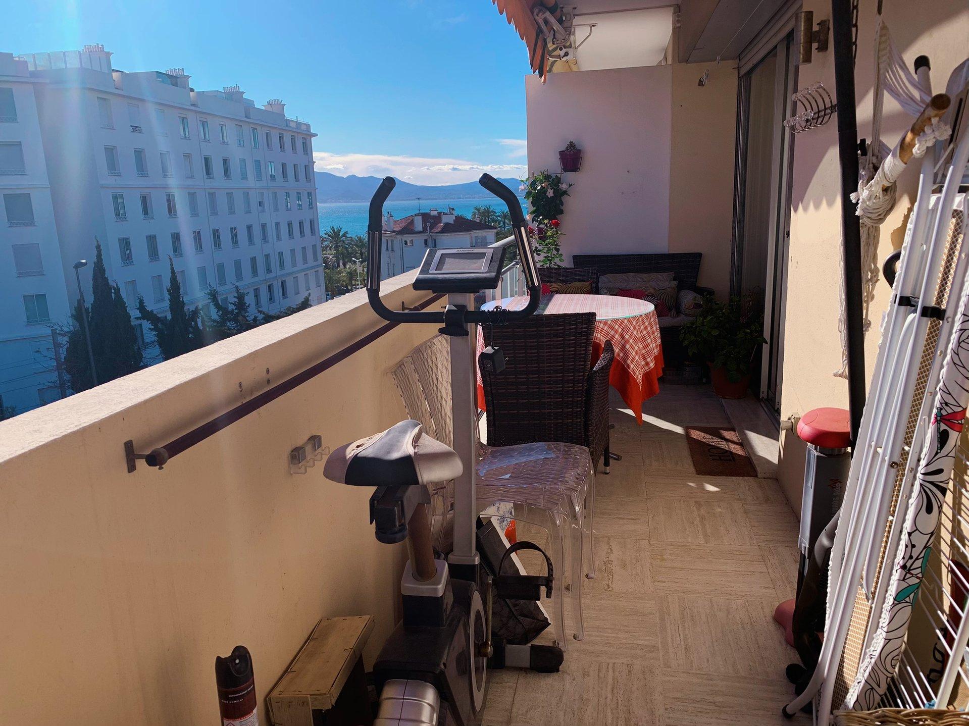 Jolie studio avec une terrasse et vue mer, garage et cave/Point Croisette
