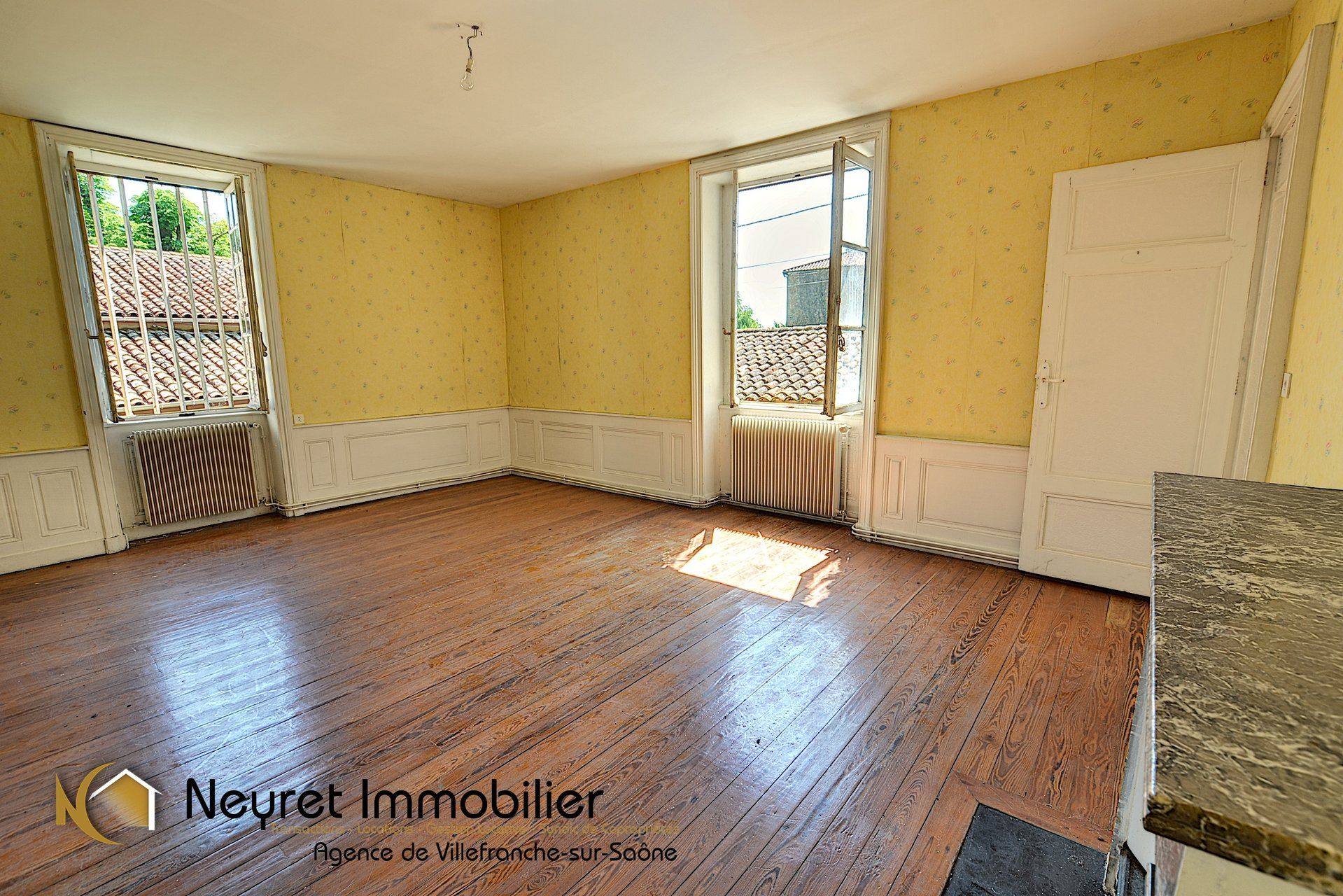 Appartement à aménager dans bâtisse en pierres dorées