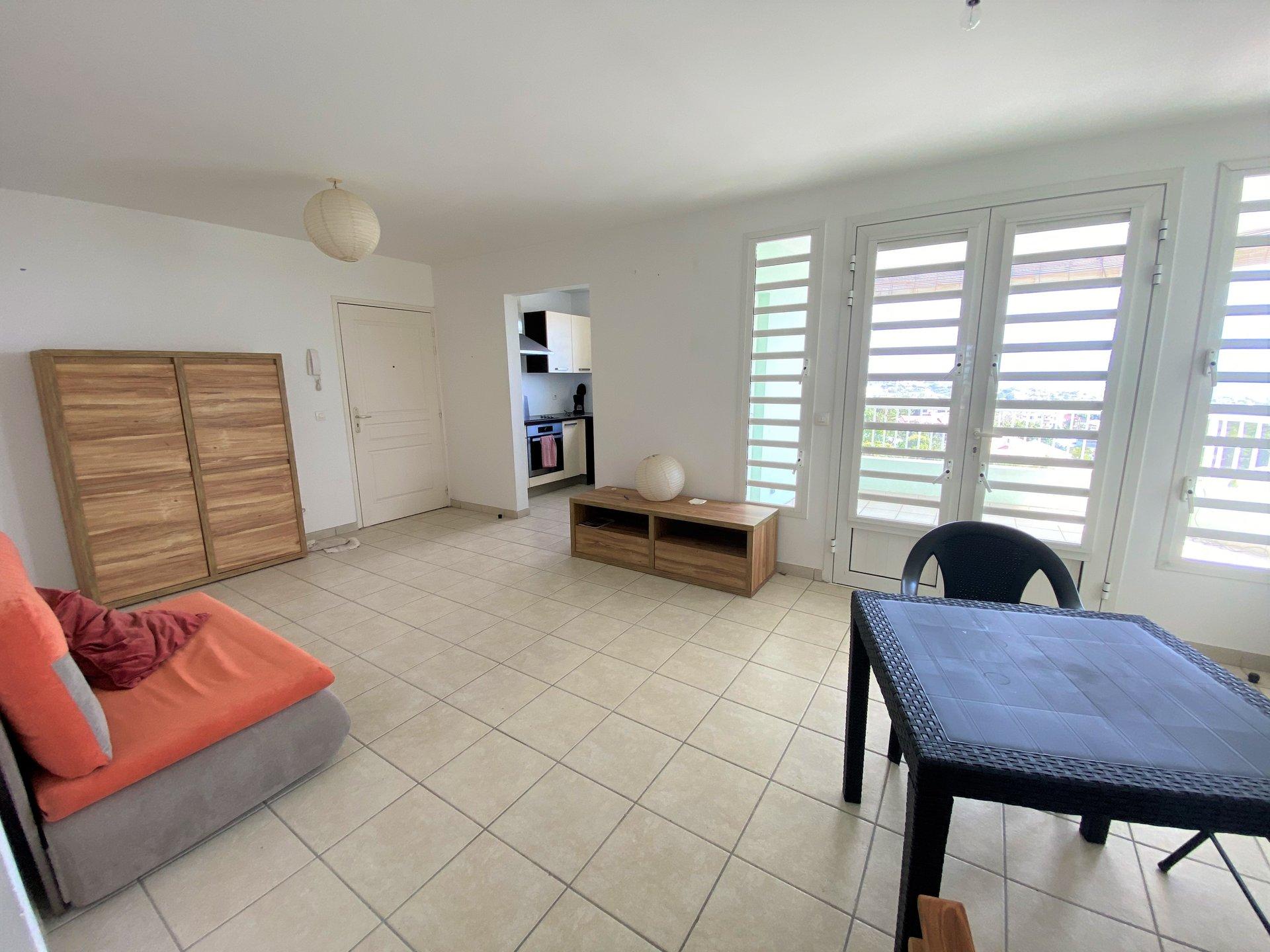 ENCLOS SCHOELCHER - Beau T3 meublé au Premier Etage - Vue Mer - Terrasse - 2 Parkings