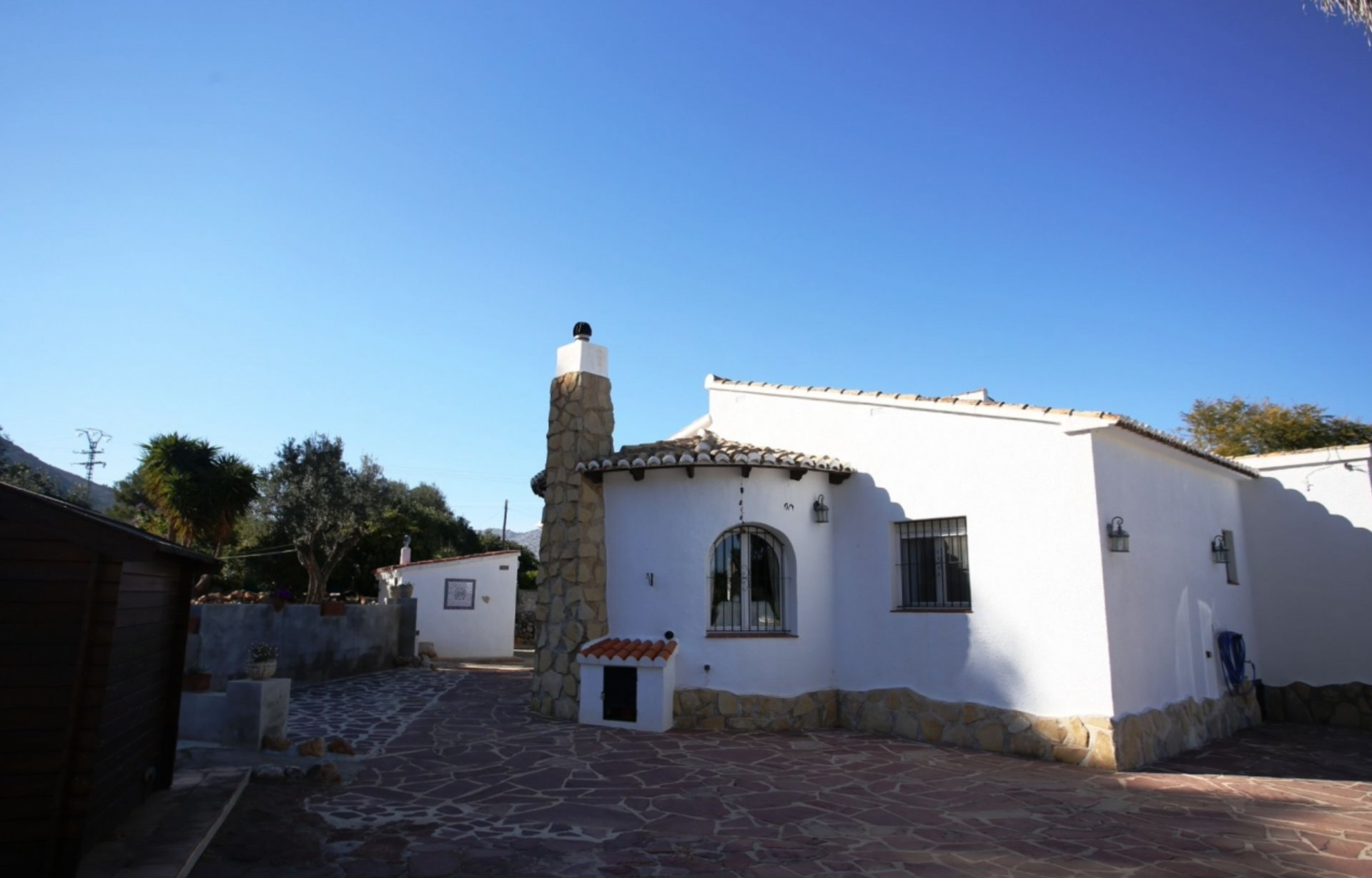 Detached villa on a south facing flat plot of 1300m2