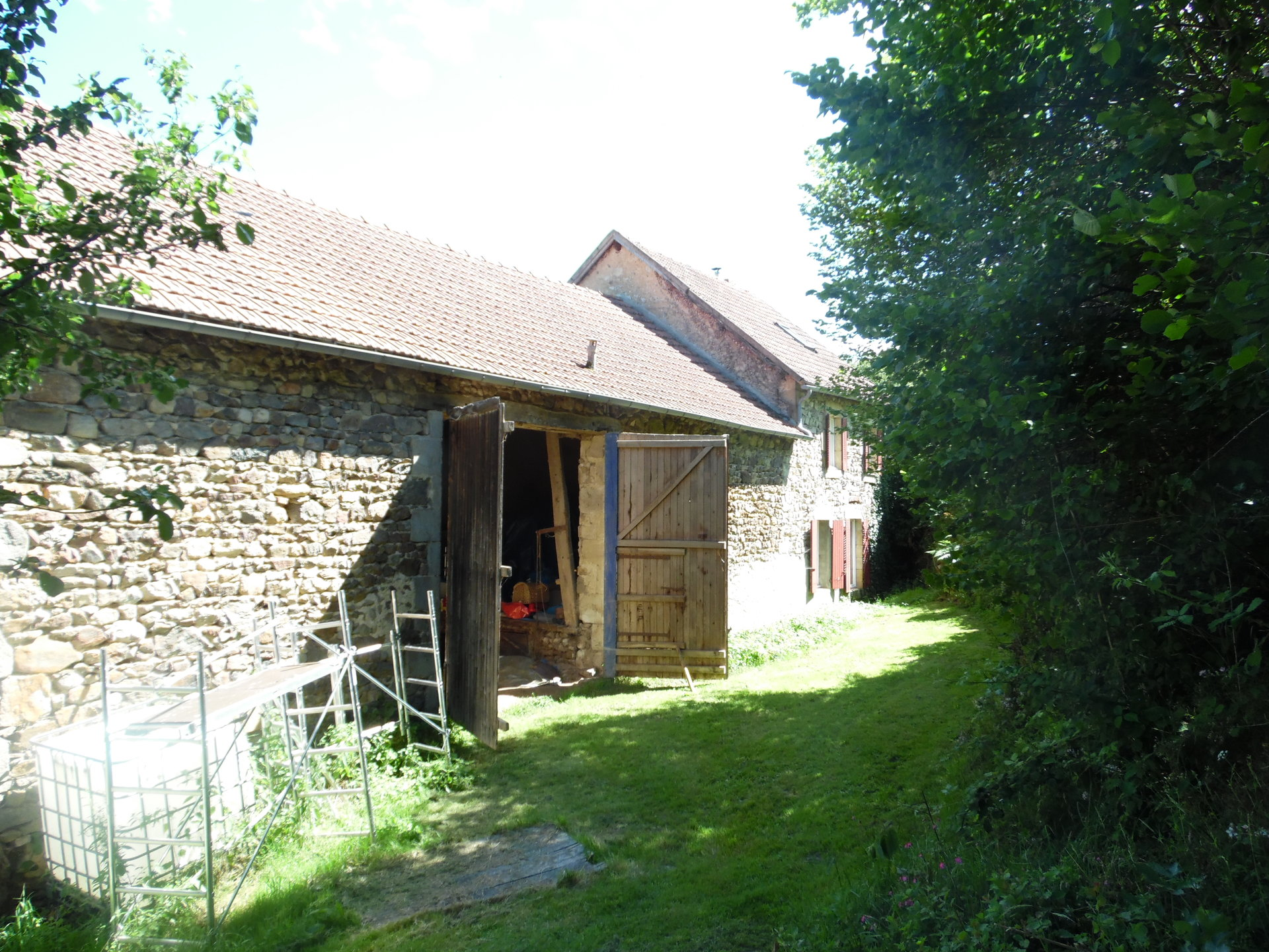 , 2 houses with plot of land of 5 acres For sale in Auvergne