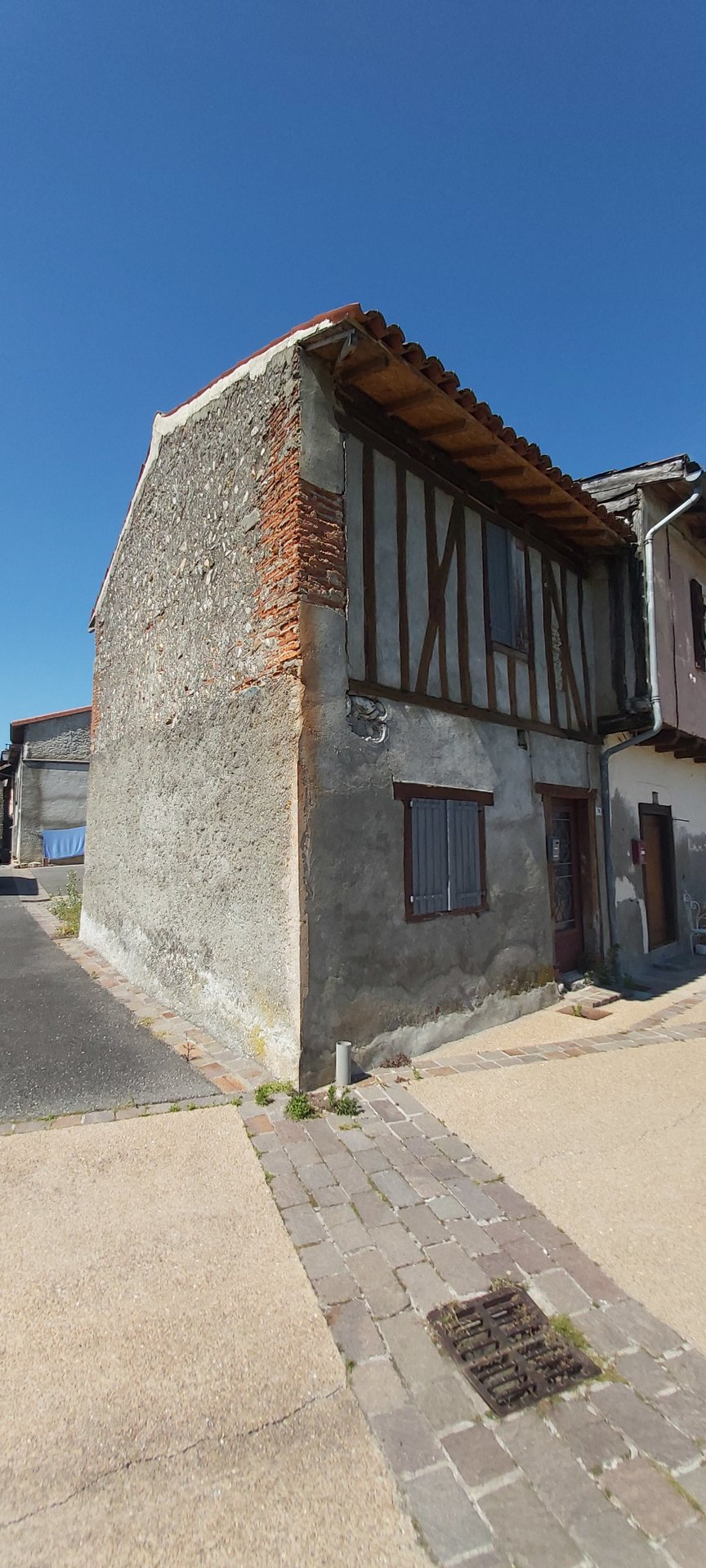 Close to Cazeres town house to finish to restore