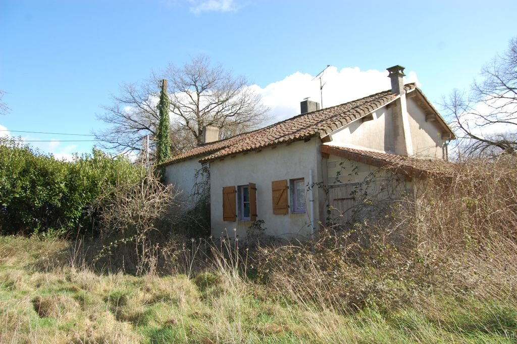 HAUTE-VIENNE - Old farmhouse with outbuilding and pool on 5,8 ha