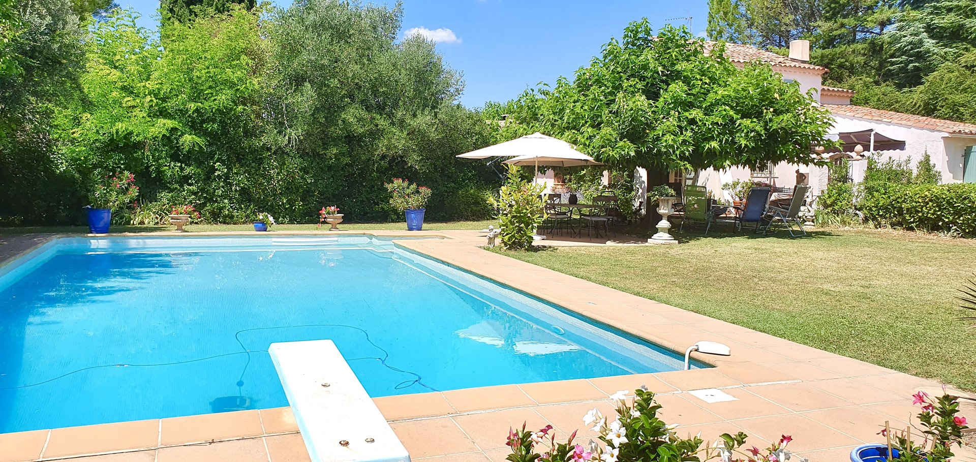 Walking distance to the old village of Villecroze, charming villa!