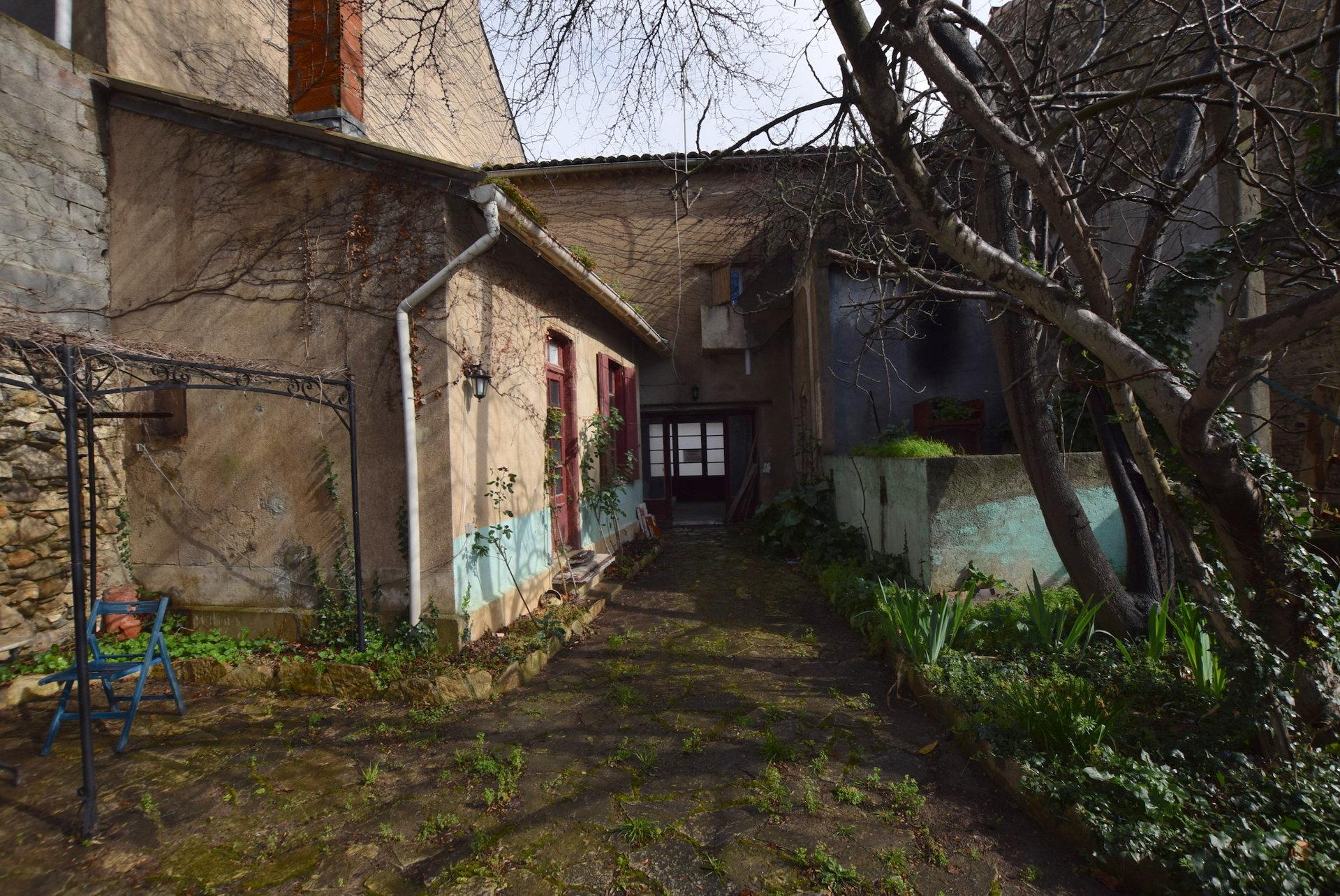 Maison en pierre avec jardin à rénover