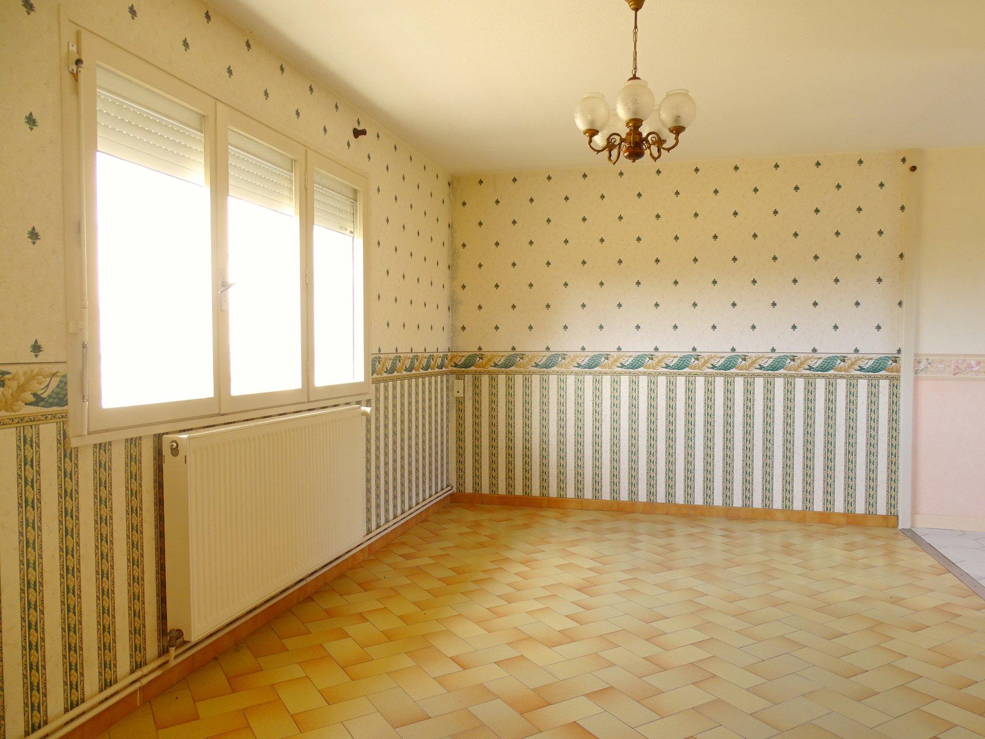 A 10 mn de Mâcon et à pied du centre de Feillens, maison avec dépendances disposant d'un très beau potentiel !  Elle se compose en rez de chaussée, d'une entrée desservant une grande cuisine, un double salon, un wc indépendant et une salle de bains.  A l'étage, elle dispose de 2 grandes chambres et la possibilité d'aménager le reste des combles de 35 m².  Un garage, un atelier ainsi qu'une pièce indépendante complètent ce bien.  La maison donne sur un joli terrain plat de 722 m² à arborer.  Maison à rénover disposant d'un potentiel certain avec de nombreuses possibilités d'aménagement ! Très bon environnement, à visiter sans tarder !  Honoraires à charge vendeurs.