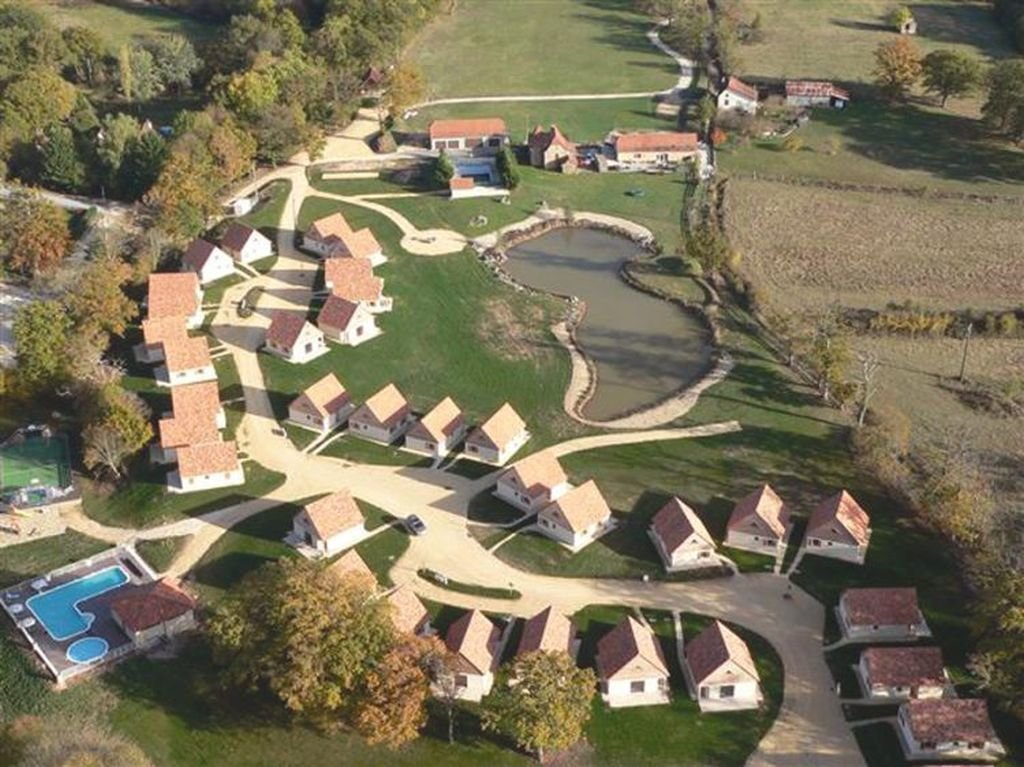 LOT - Maison dans petit parc de vacances avec piscine commune