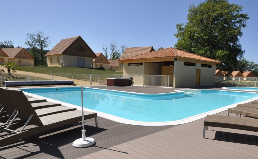 LOT - House in small holliday residence with common pool