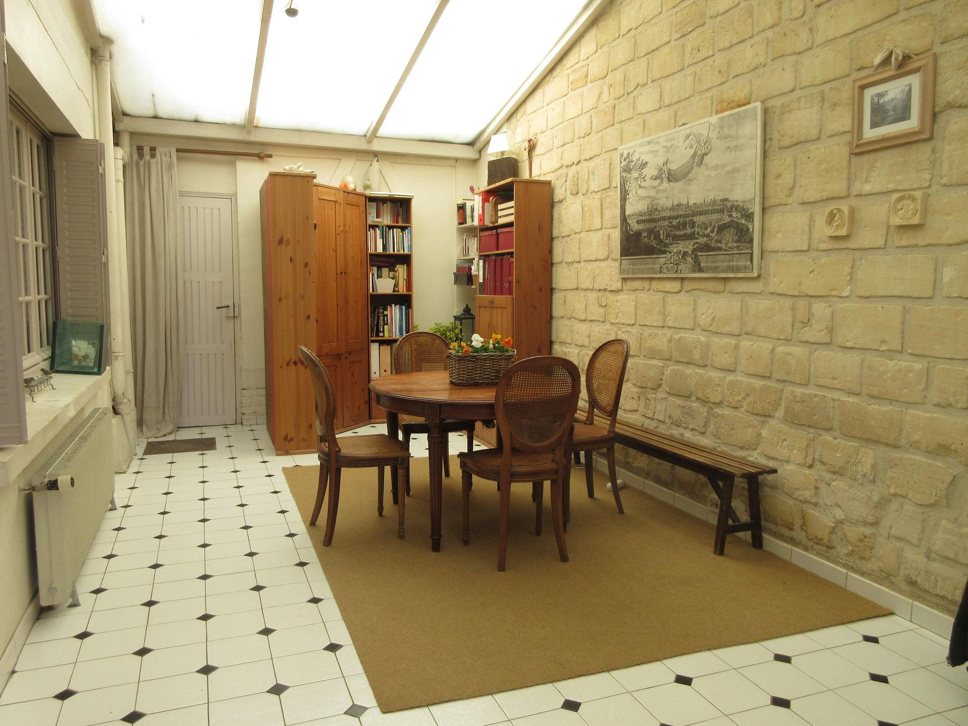 Au coeur de Chatou, maison pleine de charme avec sa cour pavée.