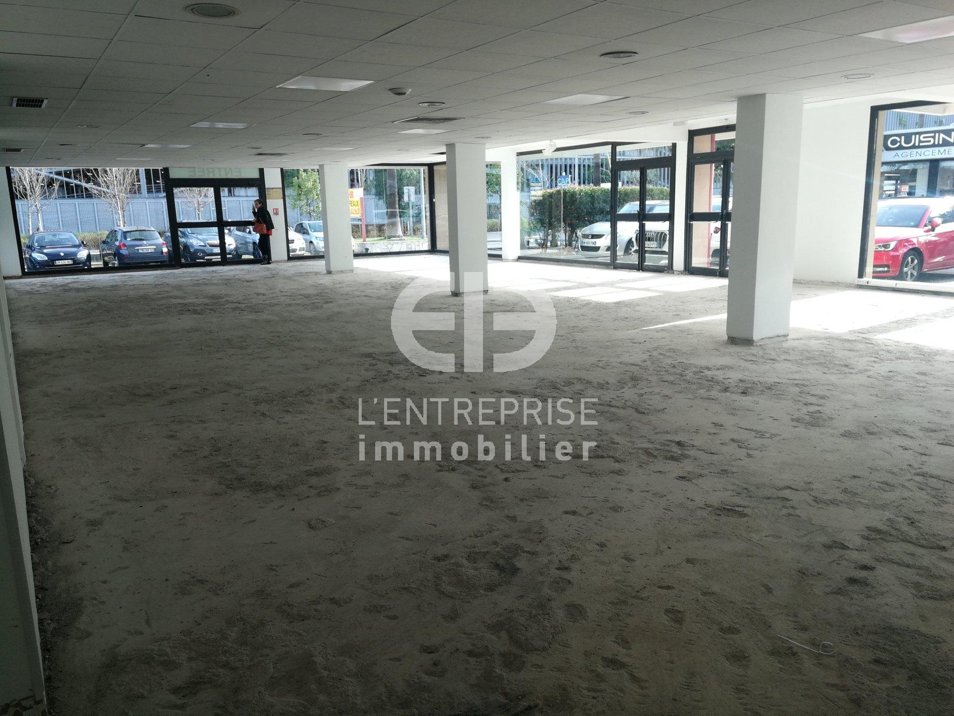 A LOUER LOCAL COMMERCIAL 210 M² ZONE CAP 3000