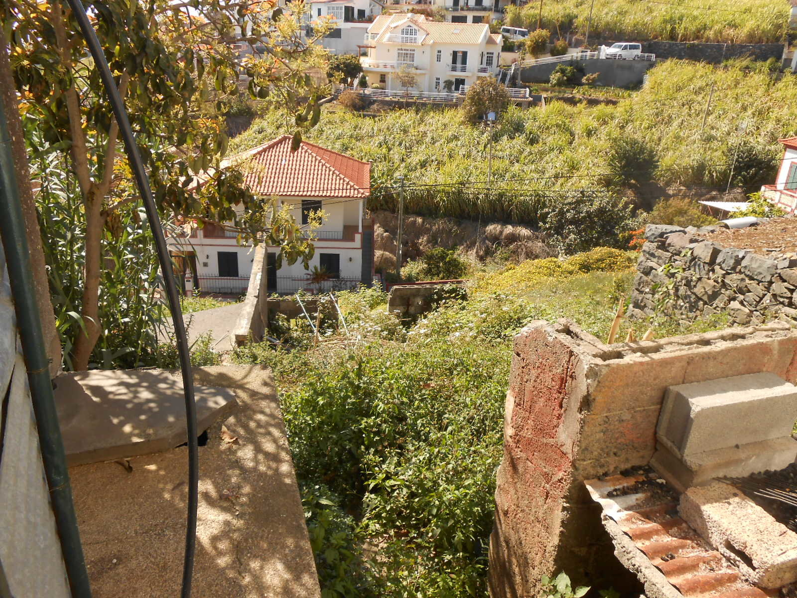 Casa de pedra tradicional do país com esplêndida vista para o mar .