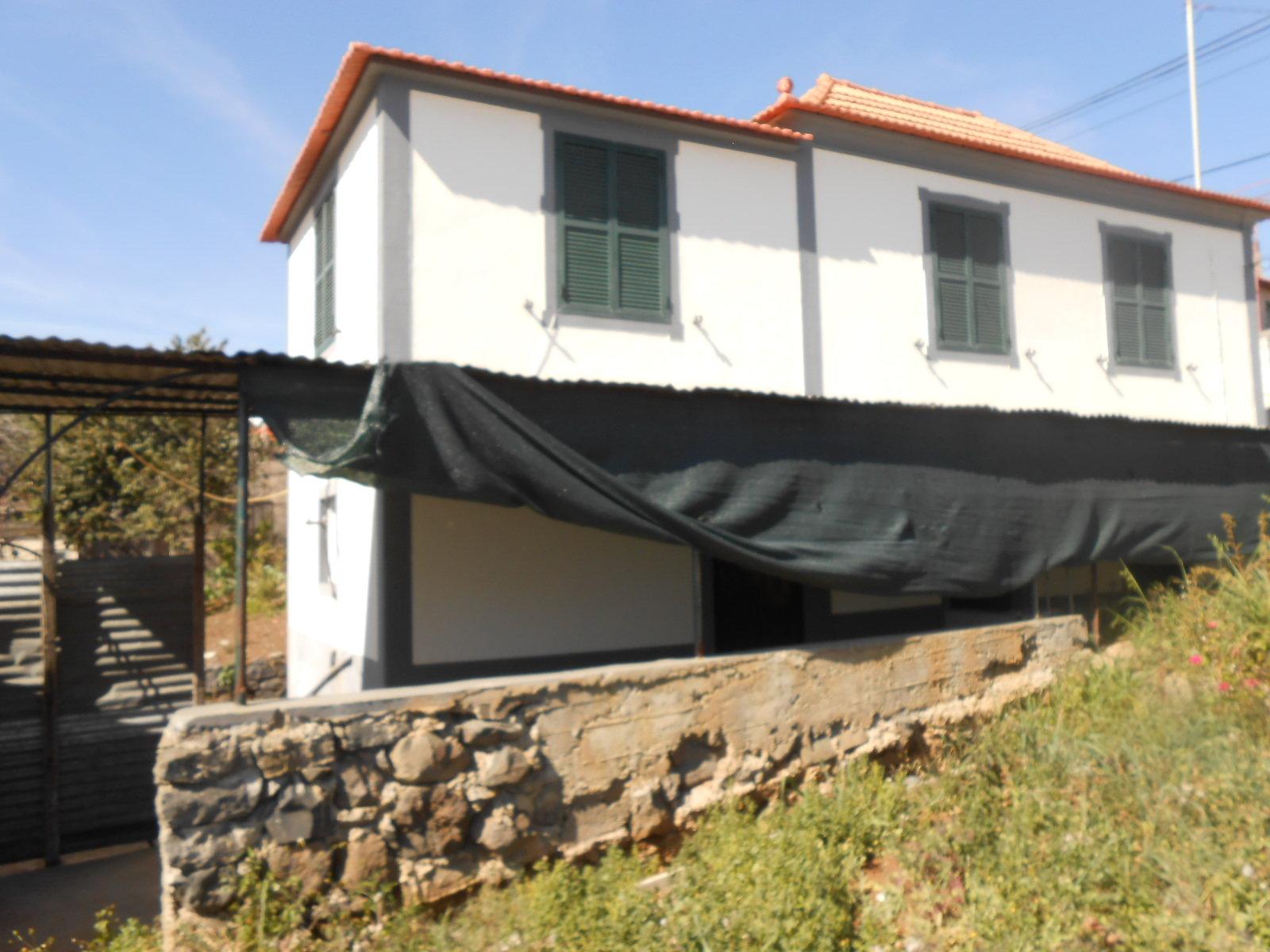 Maison traditionnelle en pierres de pays avec vue splendide sur l'océan.