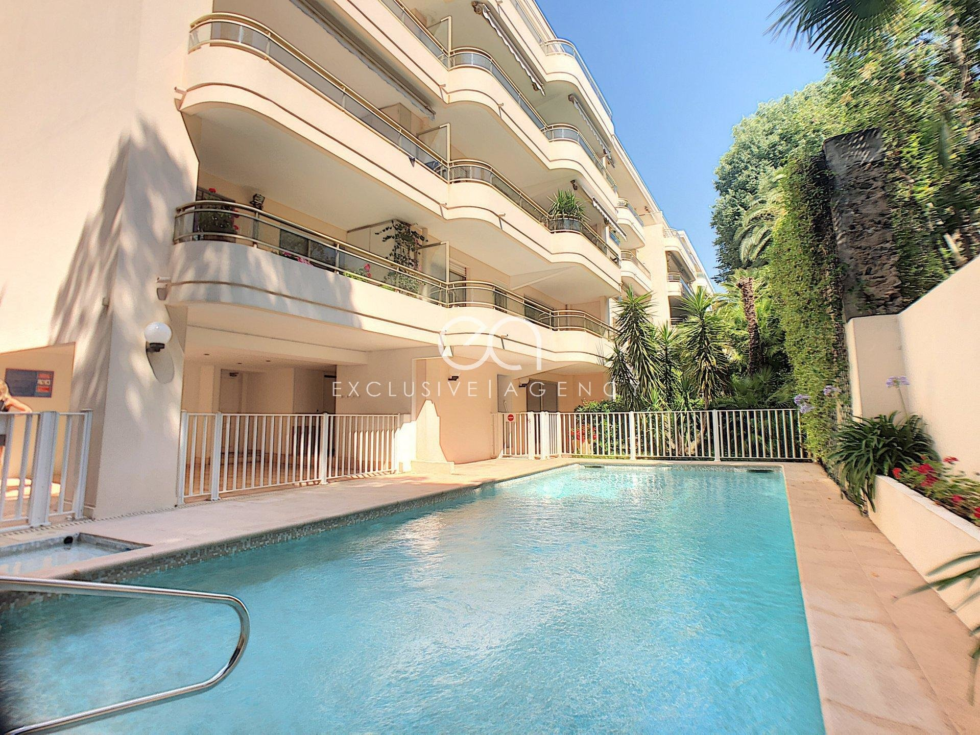 LONG TERM RENTAL Cannes downtown 2 rooms 50sqm with 20m2 terrace and garage