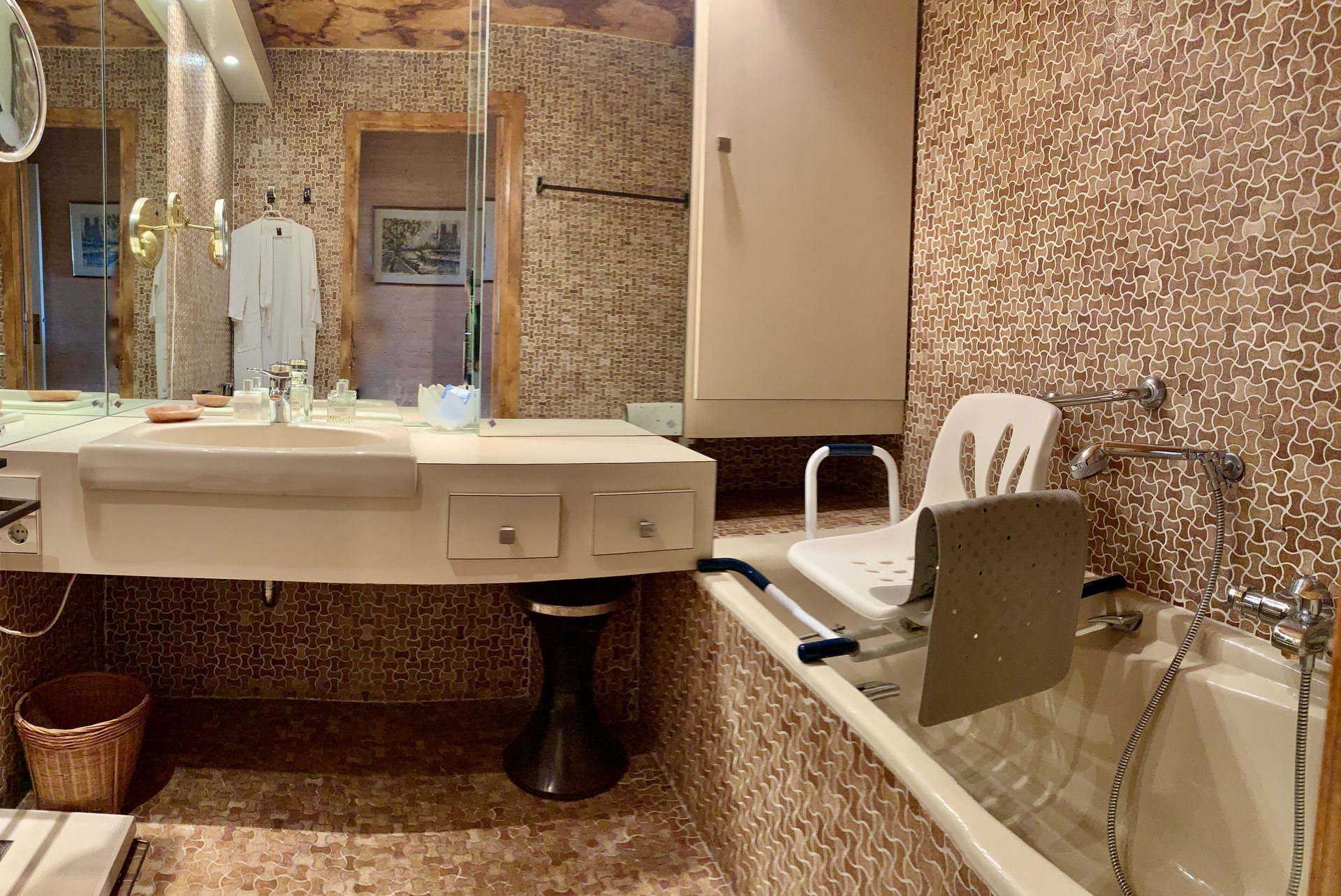 large bathroom, mirror and storages