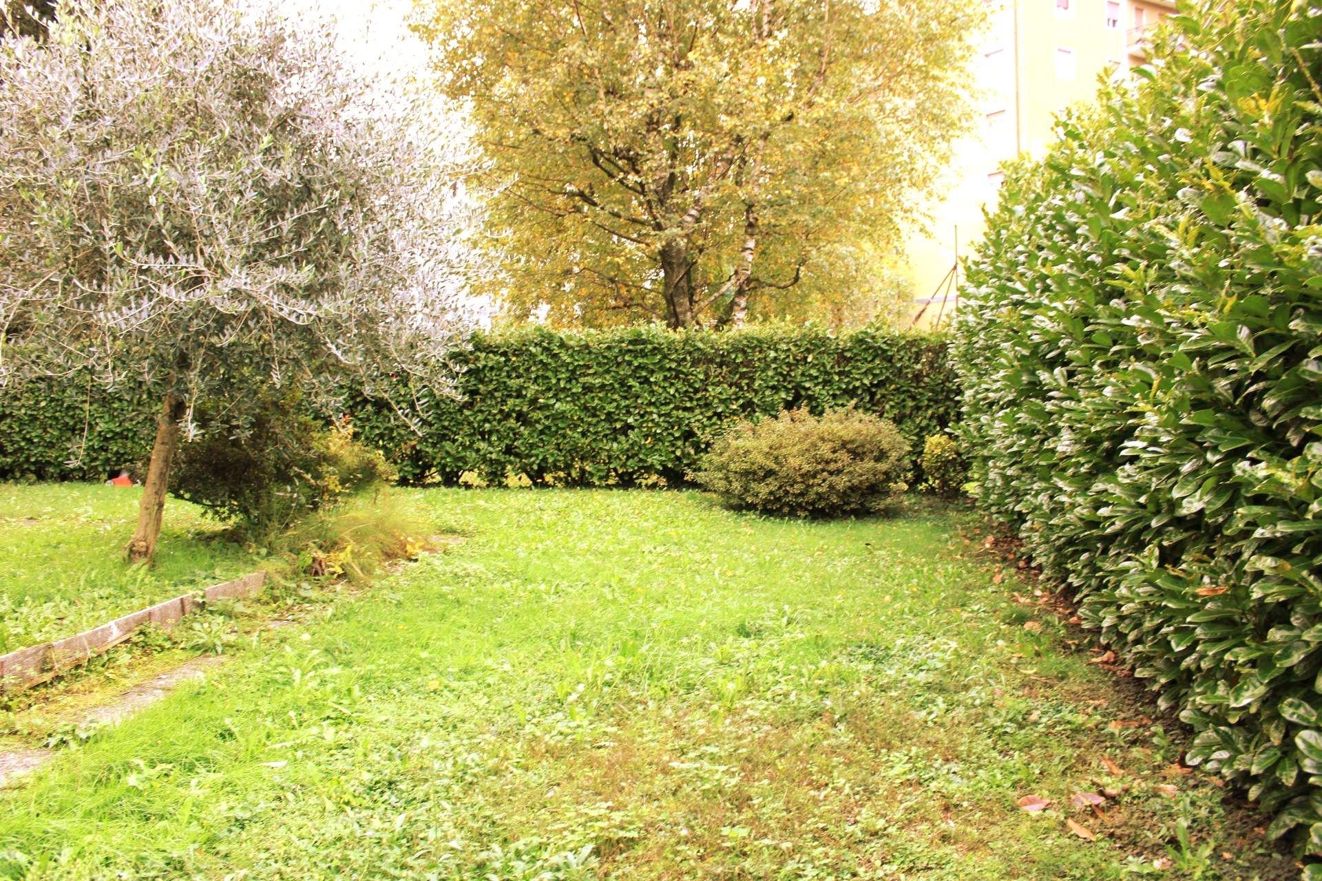 trilocale con giardino privato e box a Lipomo