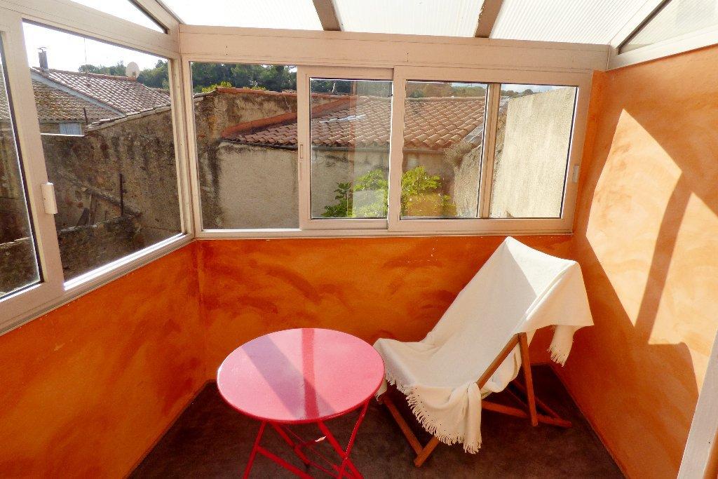 Byhus med veranda och innergård