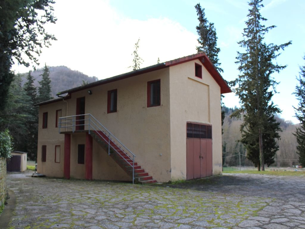 MOMBAROCCIO (PU) - CASALE CON FIENILE E 10 HA TERRENO