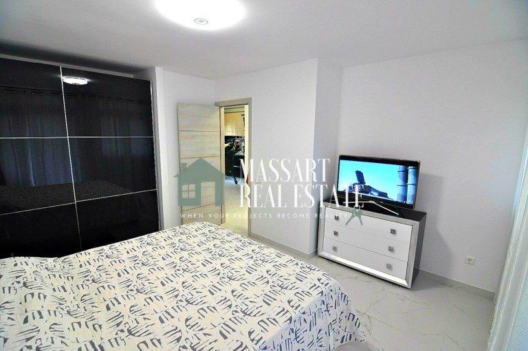 Te koop in Playa de Las Américas, op de tweede verdieping van het wooncomplex Pueblo Canario, een luxe appartement van 75 m2 volledig gemeubileerd en in zeer goede staat.