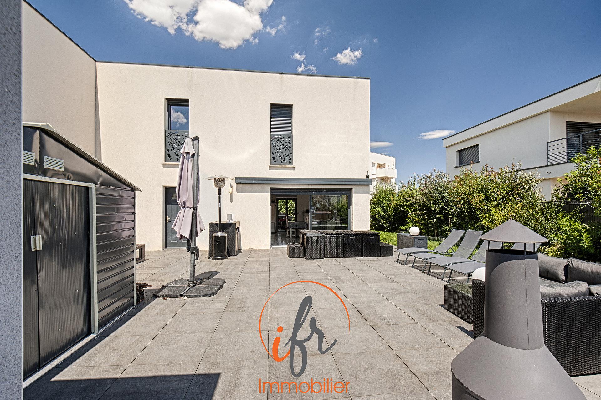 Villa récente 3 chambres avec garage.