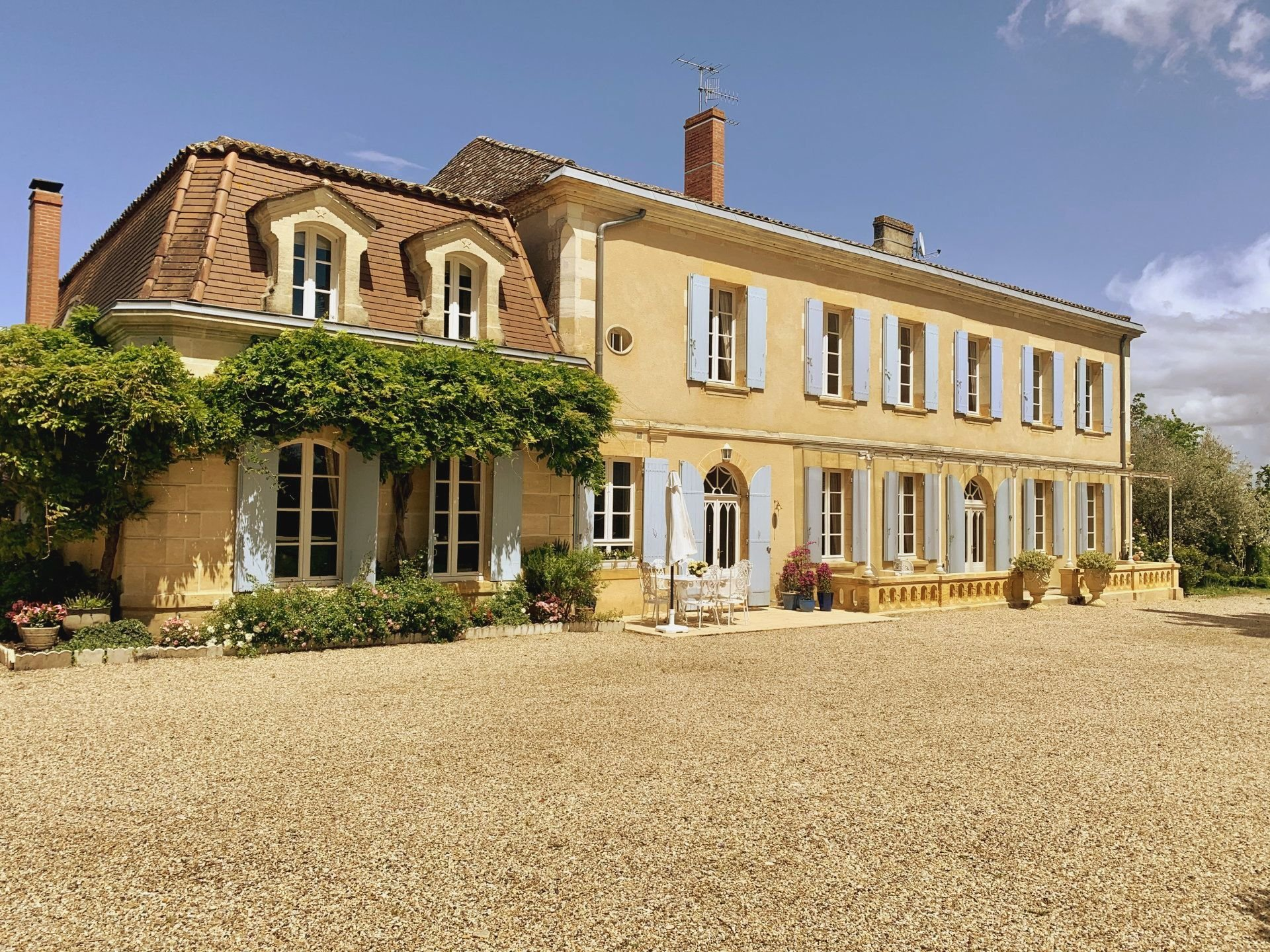 6 bedroom manor with mature parkland