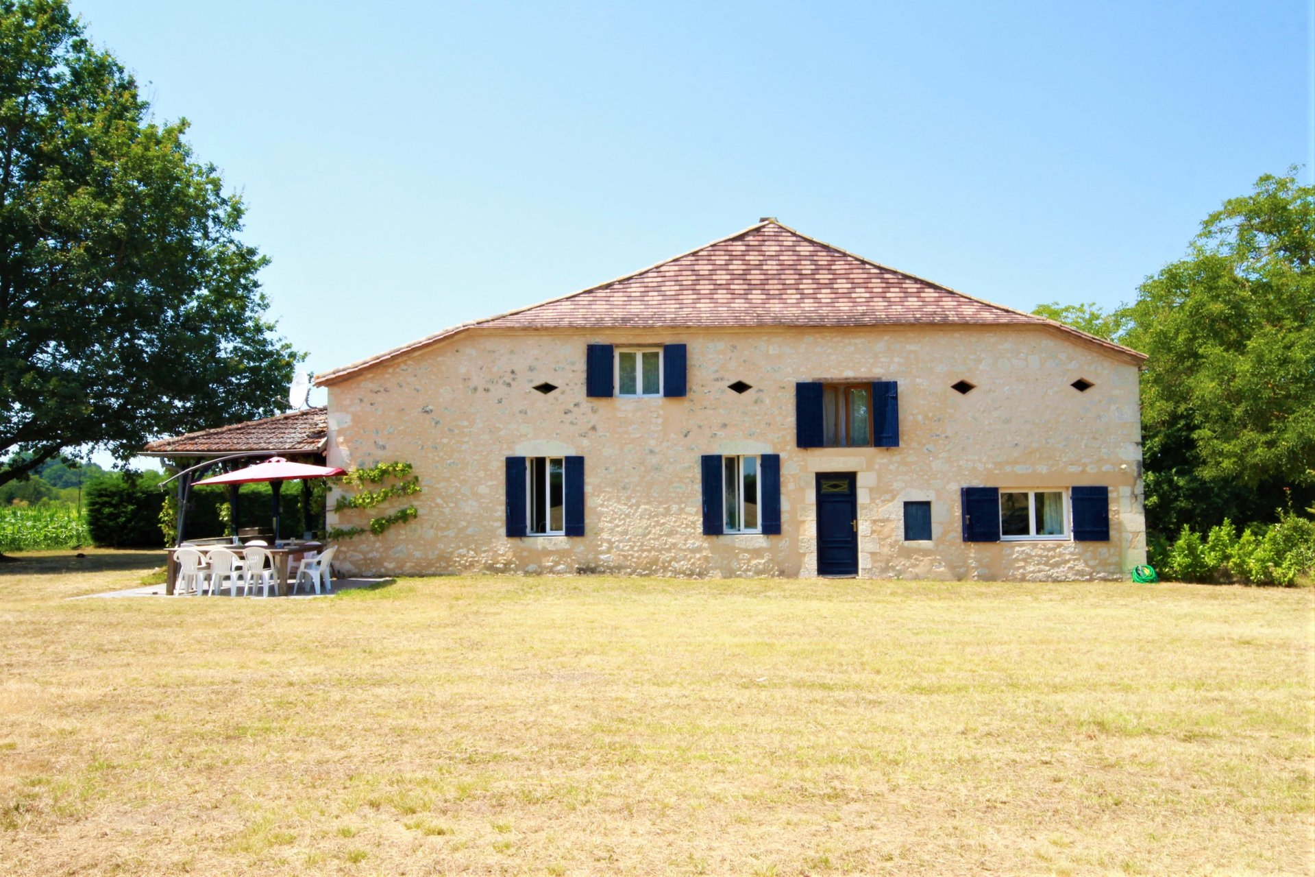 Substantial family home just outside EYMET