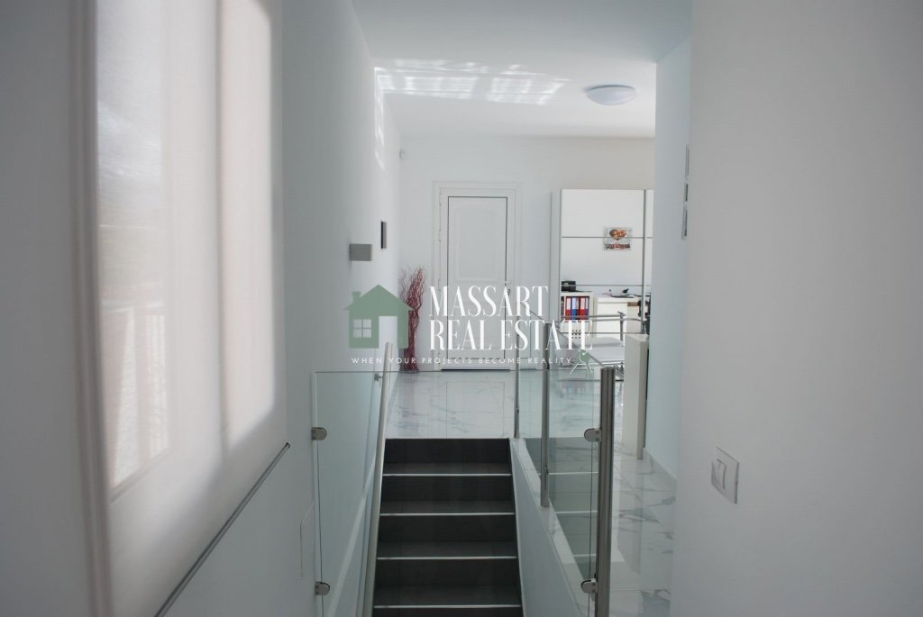 Exclusive villa for sale on a 550 square meter plot in the strategic area of Tijoco Bajo (Adeje) and distributed over three floors.