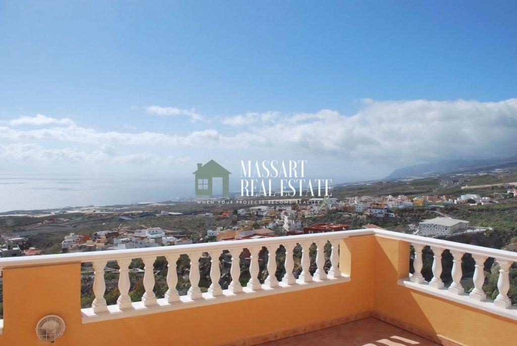 Exclusieve villa te koop op een perceel van 550 vierkante meter in het strategische gebied van Tijoco Bajo (Adeje) en verdeeld over drie verdiepingen.