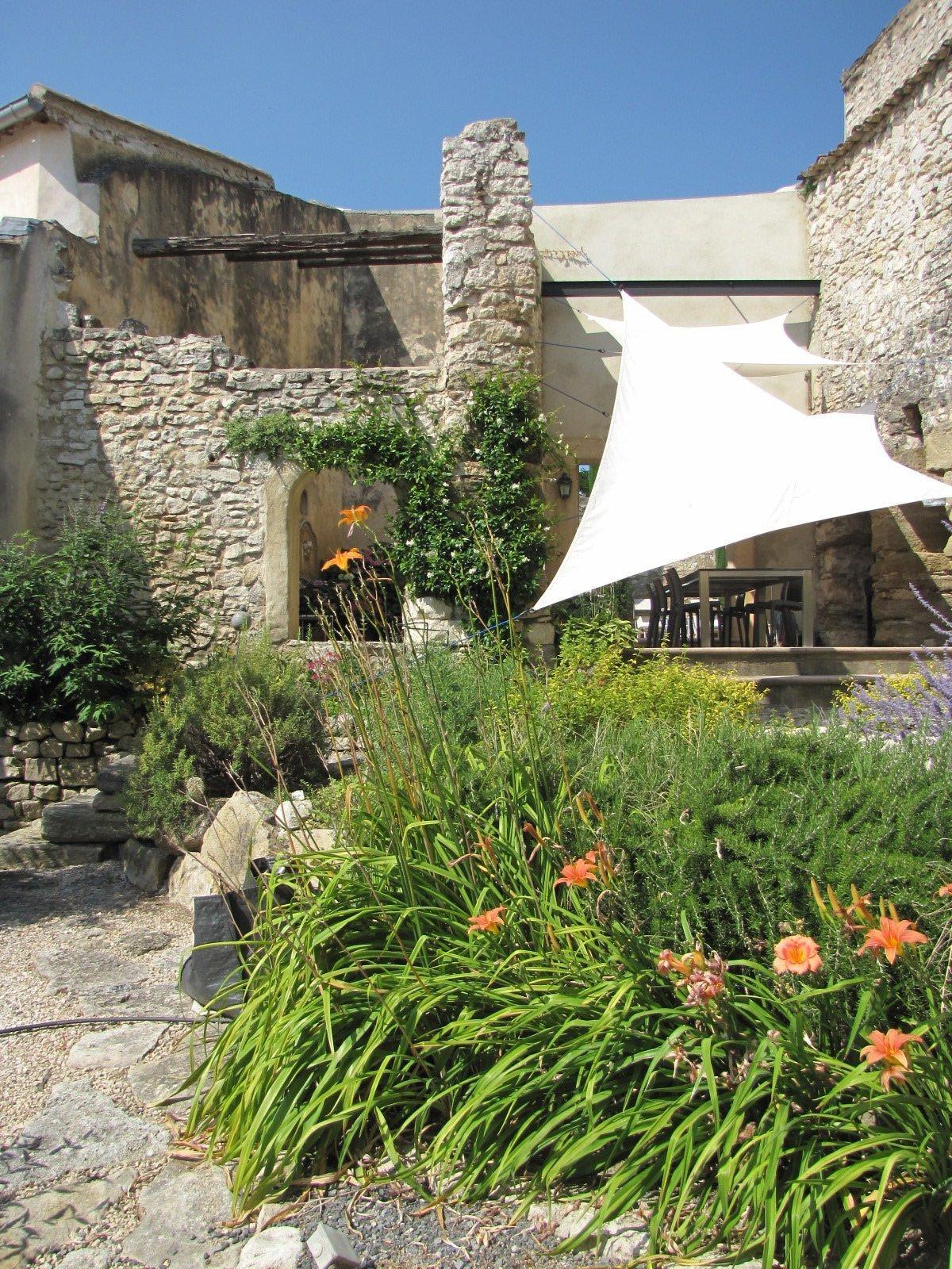 Au cœur d'un village proche de l'Isle sur sorgue, ancien moulin du 18° siècle entièrement rénové