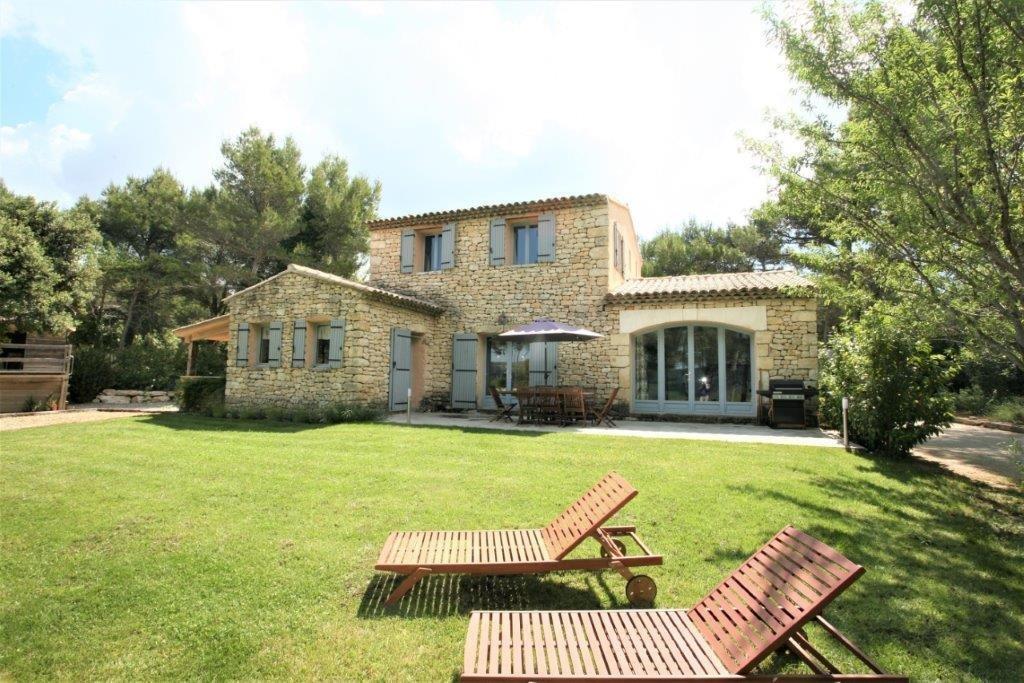 A l'orée d'un village du Luberon superbe villa en Pierres