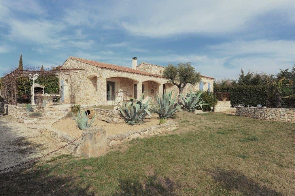Gordes, maison en pierre, de plain-pied avec piscine.