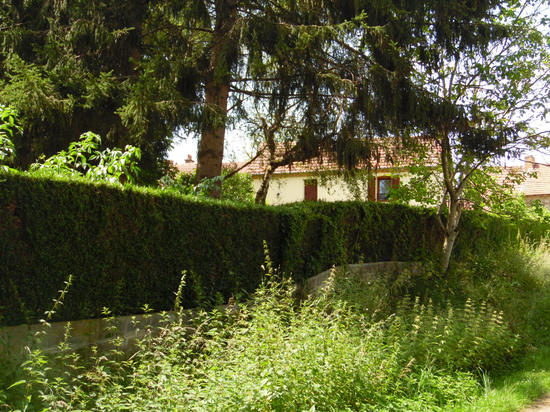 Te koop in de Creuse, een woonhuis  met garages en tuin.