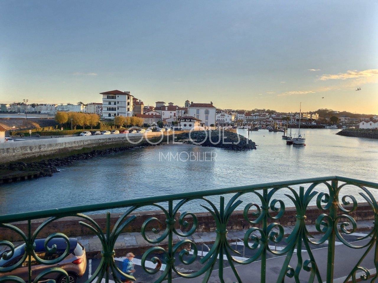 CIBOURE – A 90 SQM APARTMENT ENJOYING A VIEW OF THE HARBOUR