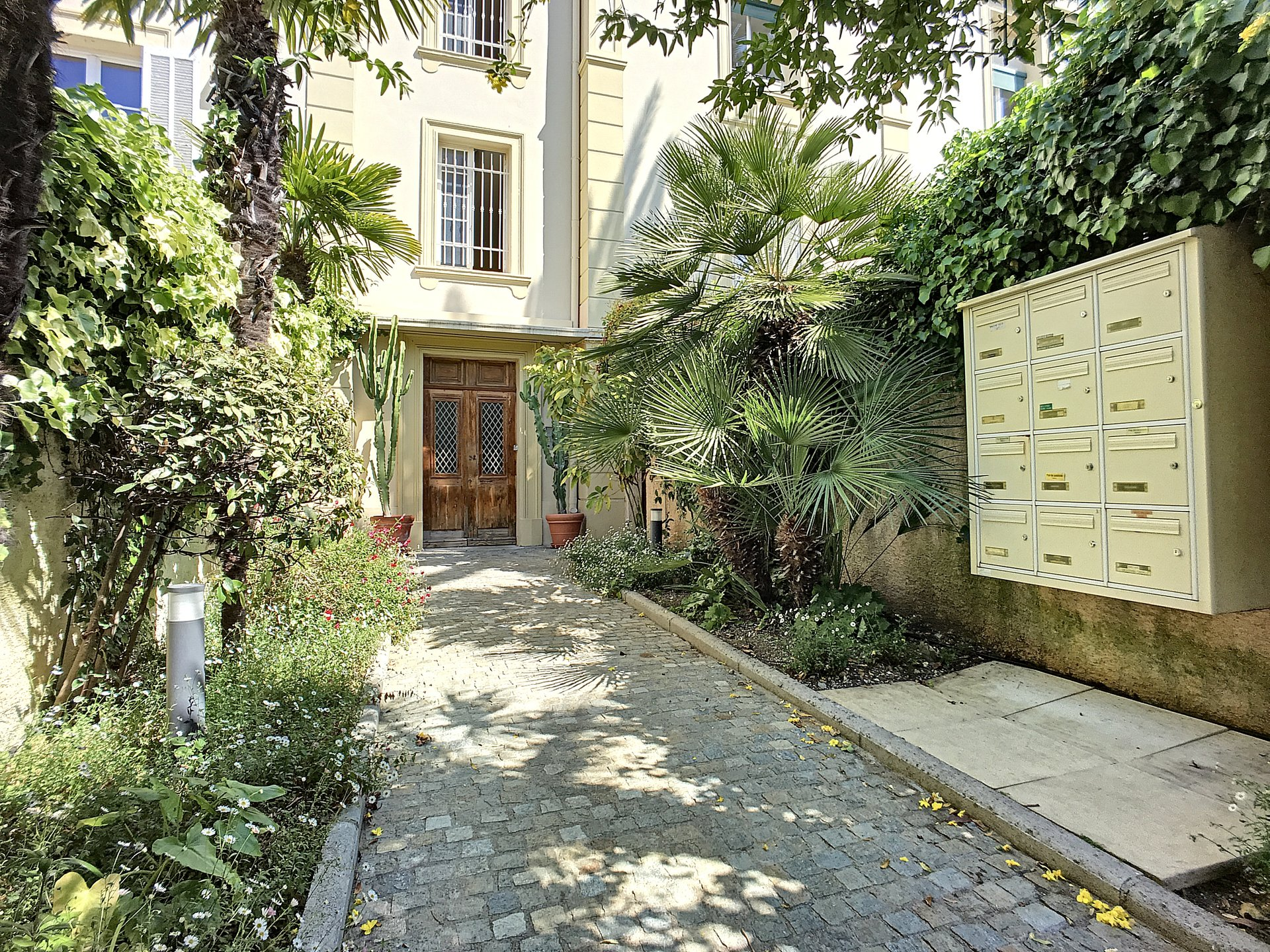 CANNES PRINCE DE GALLE 4 ROOMS QUIET IN BOURGEOIS HOUSE.