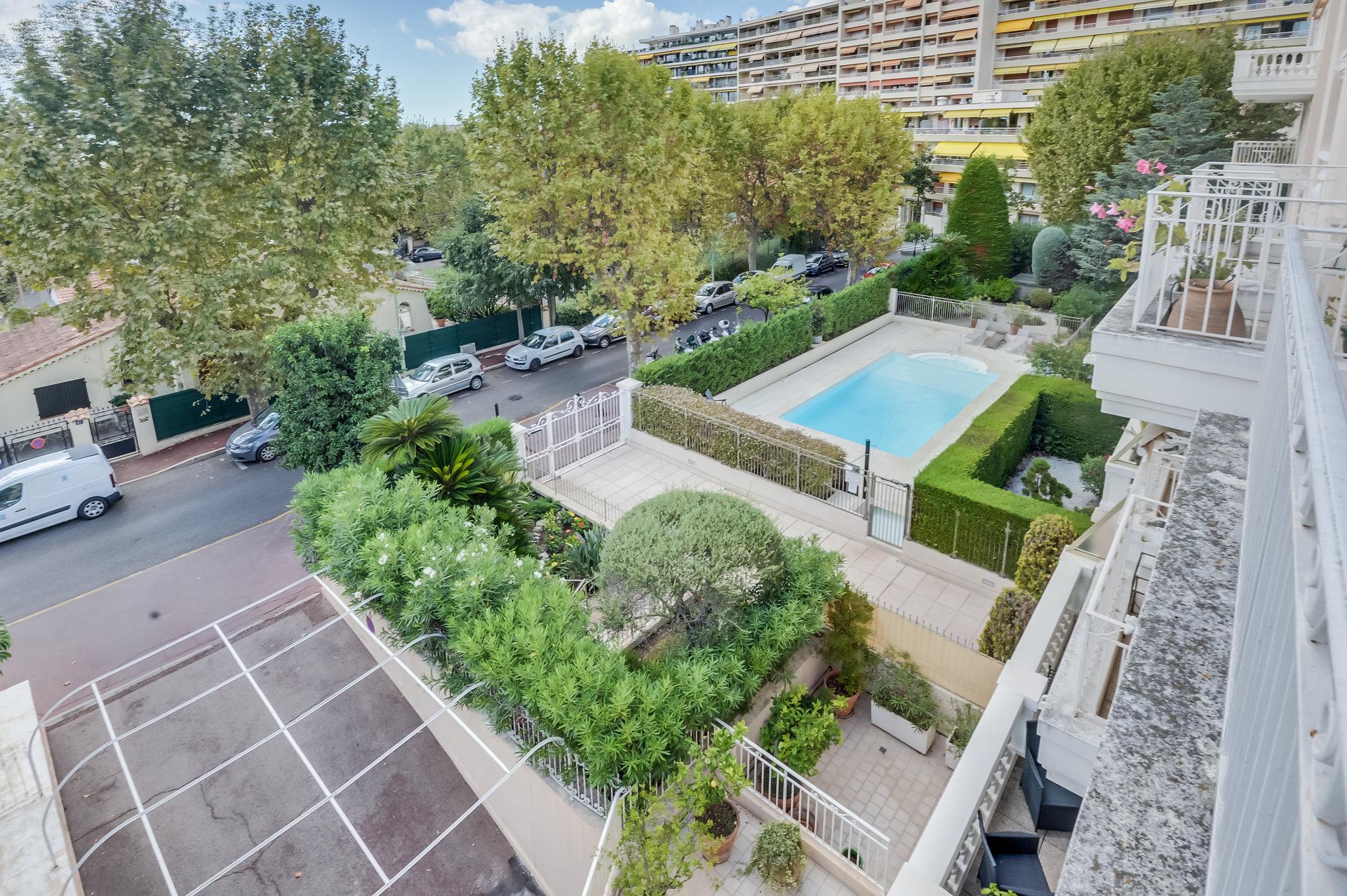 Le Cannet ved Cannes – stor toppetasje i residens med svømmebasseng og vaktmester. Garasje og utsikt.