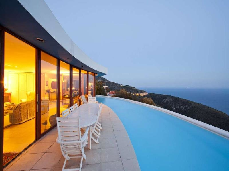 CONTEMPORARY HOUSE WITH STUNNING VIEW OVER THE SEA