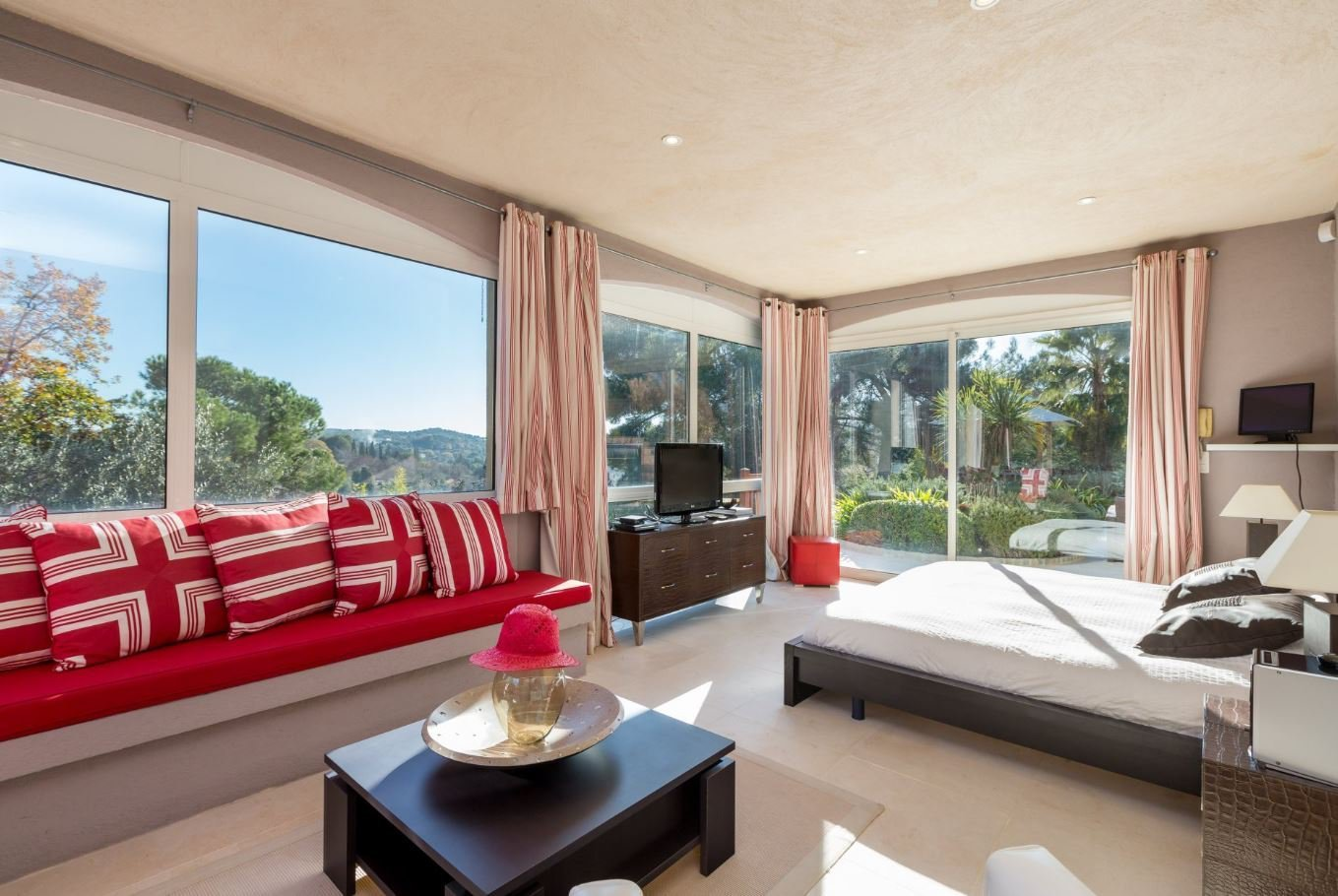 Recent contemporary villa with stunning views of the old village of Mougins.
