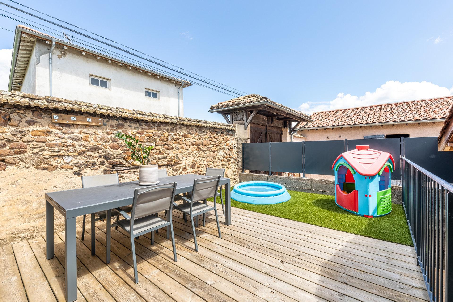 Maison de village avec cour, terrasse, et dépendances