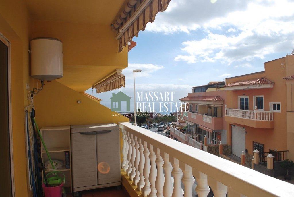 Te koop in het centrale gedeelte van Adeje, een gemeubileerd appartement van ongeveer 57 m2 gelegen in een gebouw dat wordt gekenmerkt door zijn goede staat van instandhouding en de rust.
