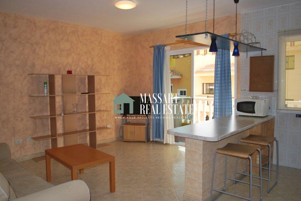 En venta en la céntrica zona de Adeje, apartamento amueblado de unos 57 m2 ubicado en un edificio caracterizado por su buen estado de conservación y su tranquilidad.