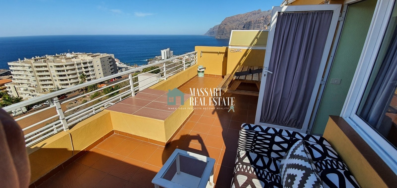 For sale in the Los Gigantes area, a furnished apartment of 70 m2 that stands out for offering privileged views.