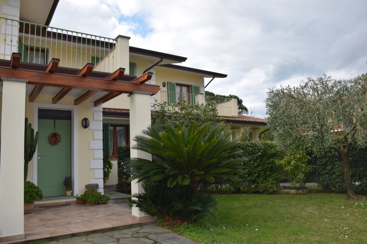 4 beds villa, private garden ready to move in