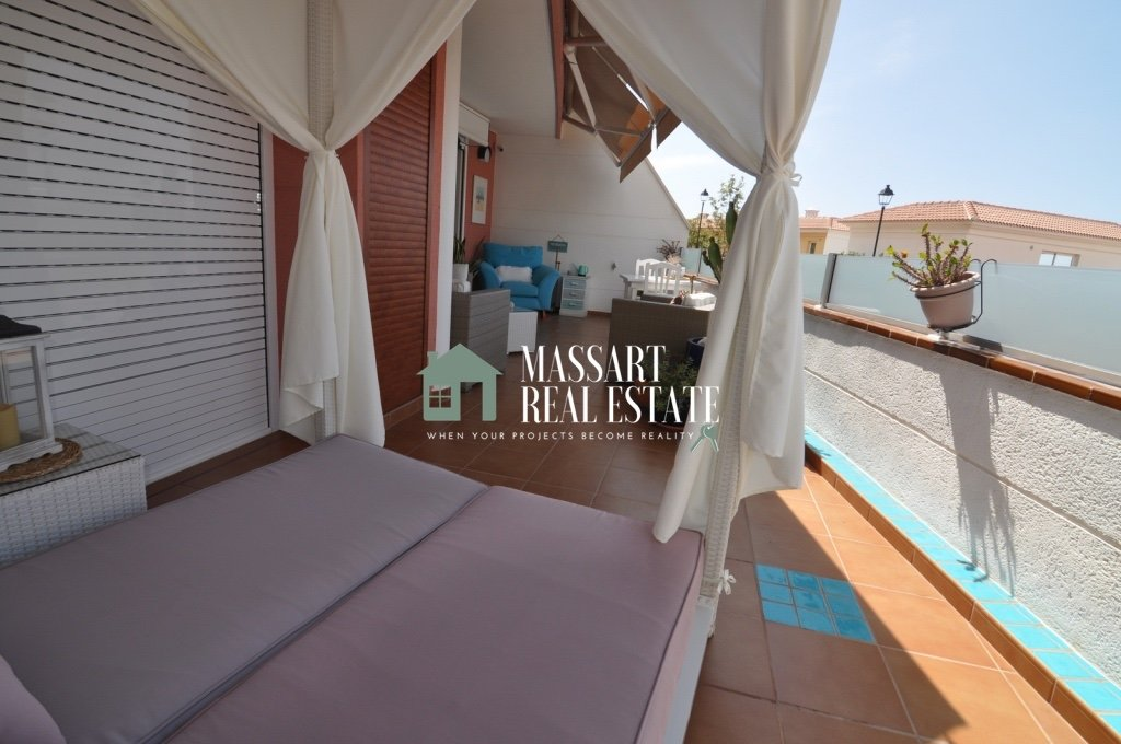 En venta en Costa Adeje (Torviscas Alto), en el complejo residencial The Sunset, lujoso apartamento completamente reformado y amueblado.
