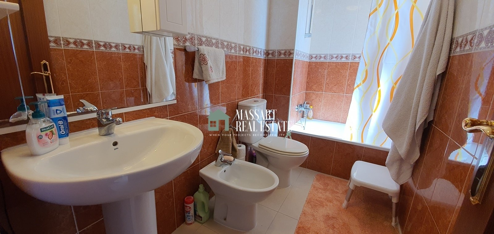 Te koop in het centrum van Adeje, in het wooncomplex Las Eras III, een volledig gemeubileerd appartement met 53 m2 binnenoppervlak.