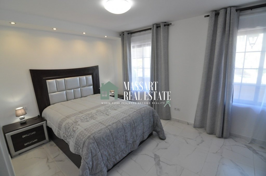 For sale in Playa de Las Américas, on a second floor of the Pueblo Canario residential complex, a luxurious 75 m2 apartment fully furnished and in very good condition.