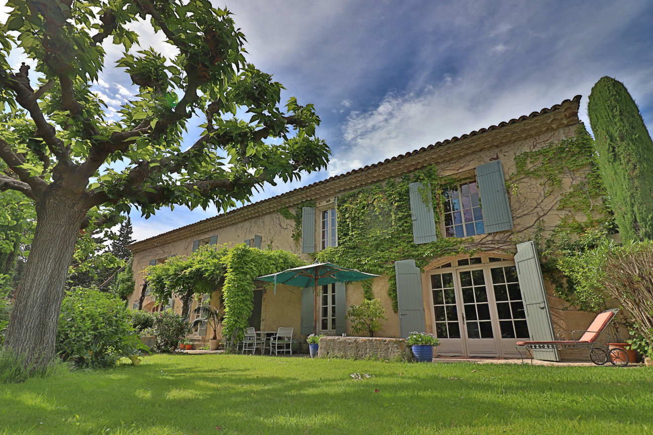 Au coeur de la Provence, 10 min Avignon et Saint Rémy de Provence, authentique MAS de 300 m² + dépendances.
