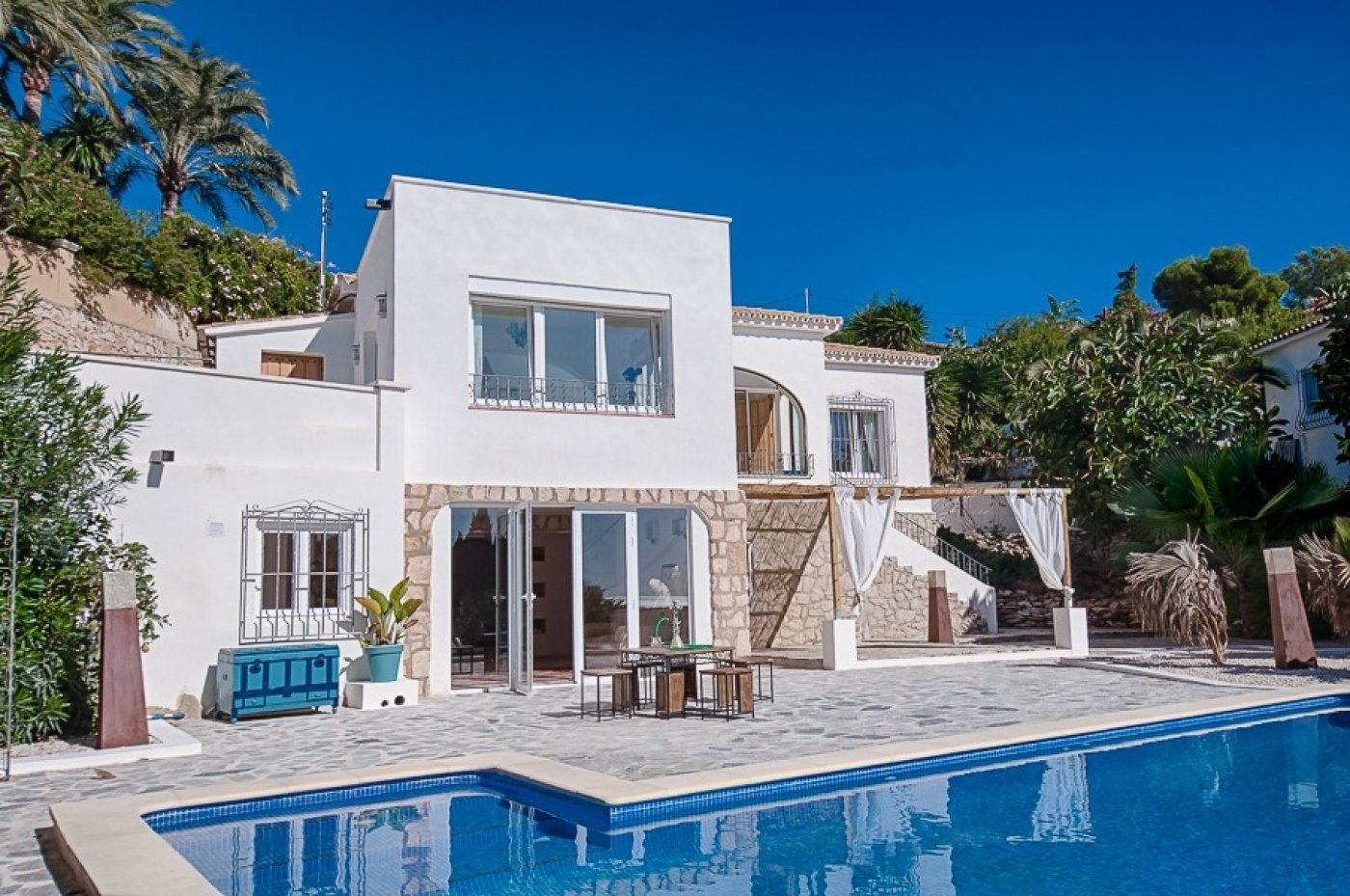 Trendy villa with sea views close to all amenities
