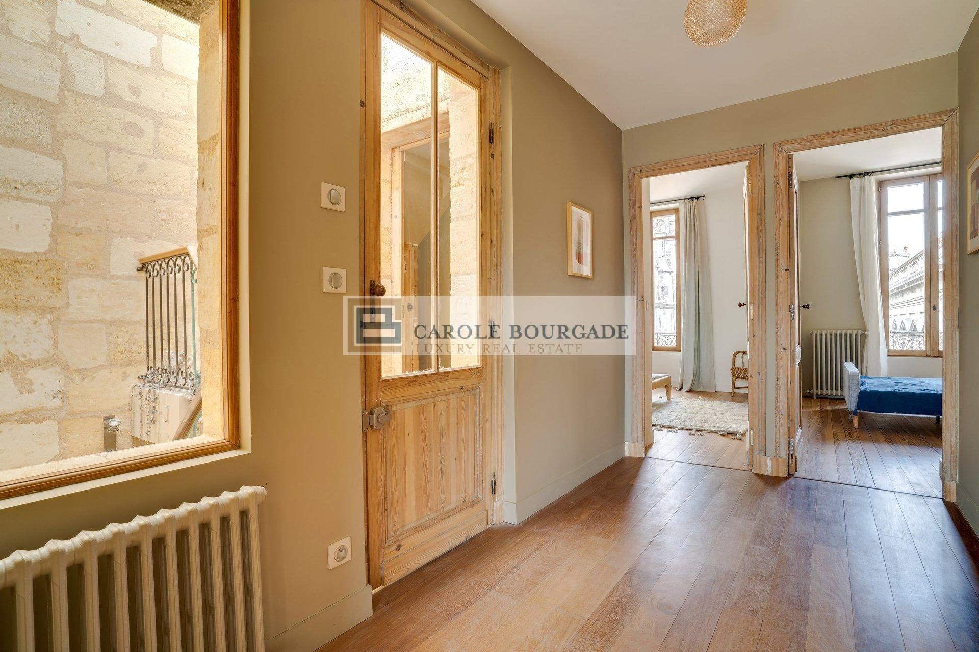 VERY NICE TOWN HOUSE WITH TERRACES IN THE HEART OF CHARTRONS IN BORDEAUX